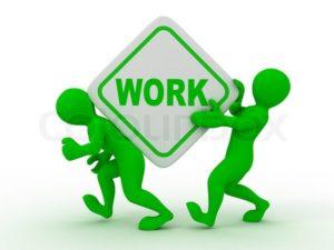 Skilt med ordet Work flyttet af to grønne modelervoksmænd