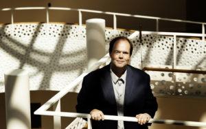 Thorkild Olesen står på trappen i Handicaporganisationernes hus