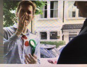 Ben Fletcher står i døren til vælger og taler tegnsprog