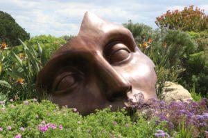 Maske af ansigt lagt i naturen