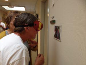 persn med simuleringsbriller,mens perosn forklarer om foto