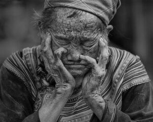 ældre kvinde som er træt