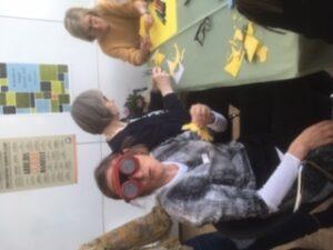 Kirsten sidder og klipper gækkebrevmed simuleringsbriller
