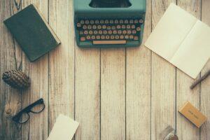 skrvemaskine, notesbog og briller