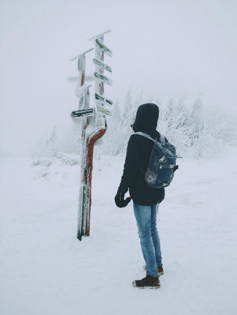 Menneske går tur i sne
